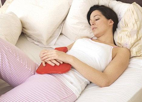 Giảm đau bụng kinh bằng cách massage bụng.